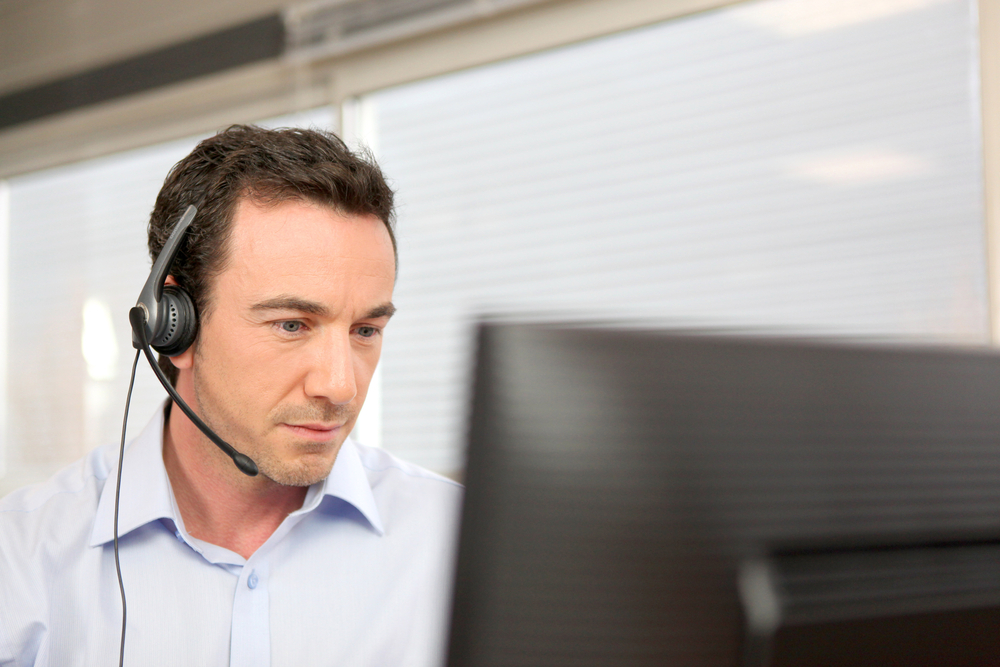 man_with_headset_in_front_of_diffused_pc_screen